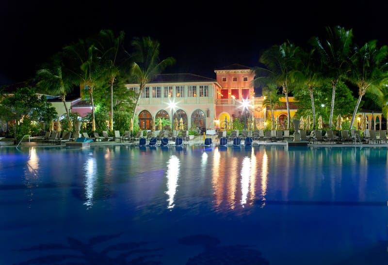 Gebouwen met nachtverlichting achter pool stock foto