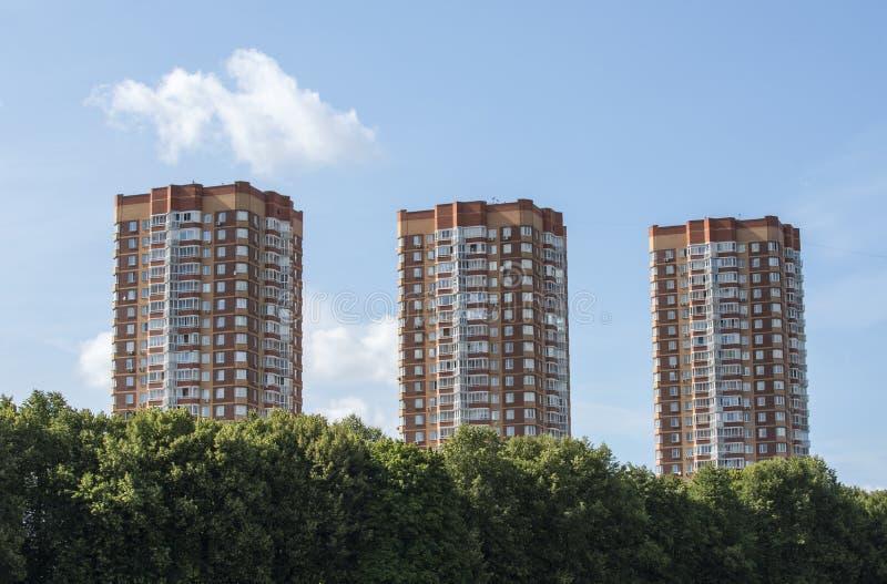 Gebouwen, nieuwe gebouwen, drie nieuwe flatgebouwen met meerdere verdiepingen stock afbeeldingen