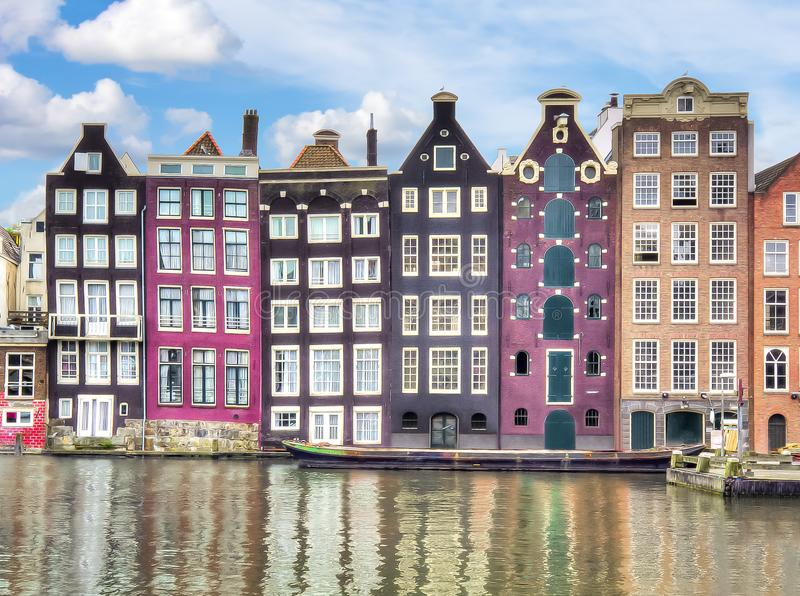 Gebouwen op Damrak-kanaal, de architectuur van Amsterdam, Nederland stock foto