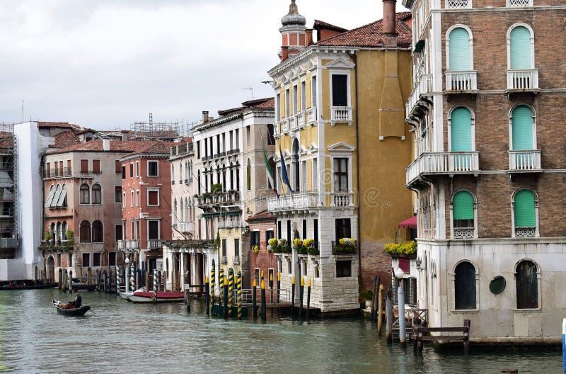 Gebouwen op Groot kanaal in Venetië stock afbeelding