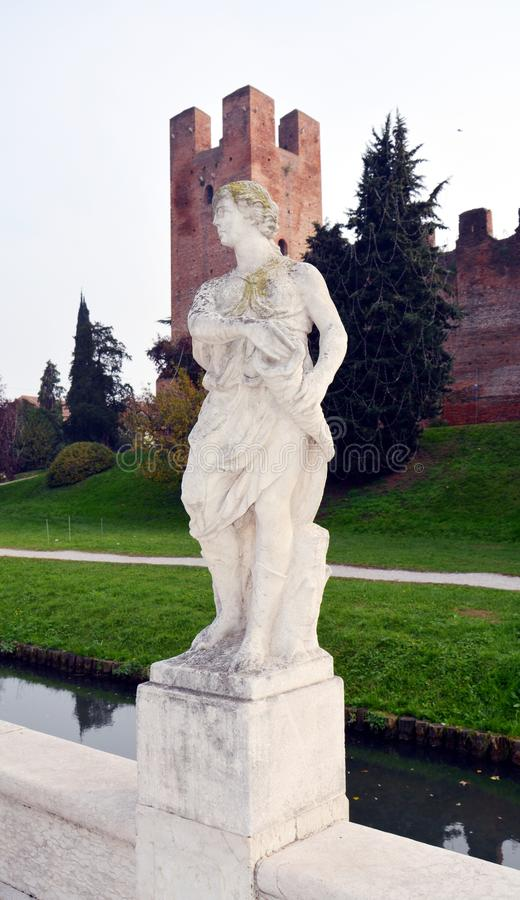 Gebouwen, standbeelden in Castelfranco Veneto, in Italië stock foto's