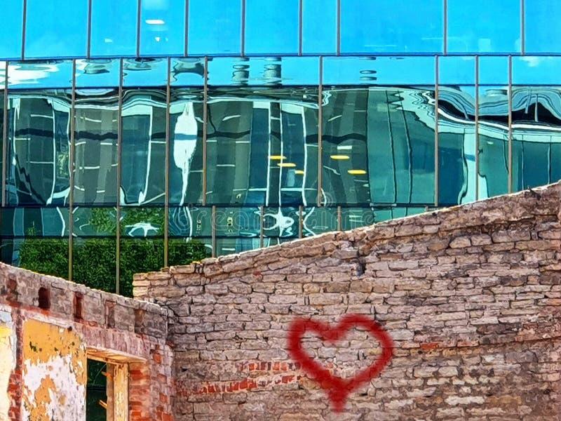 Gebouwen van de bezinnings de moderne voorgevel en het oude uitstekende glas van huis blauwe Vensters en steen van de voorwolkenk royalty-vrije stock afbeelding