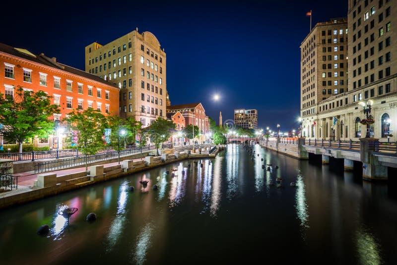 Gebouwen in van de binnenstad en de Voorzienigheidsrivier bij nacht, in Prov royalty-vrije stock afbeelding