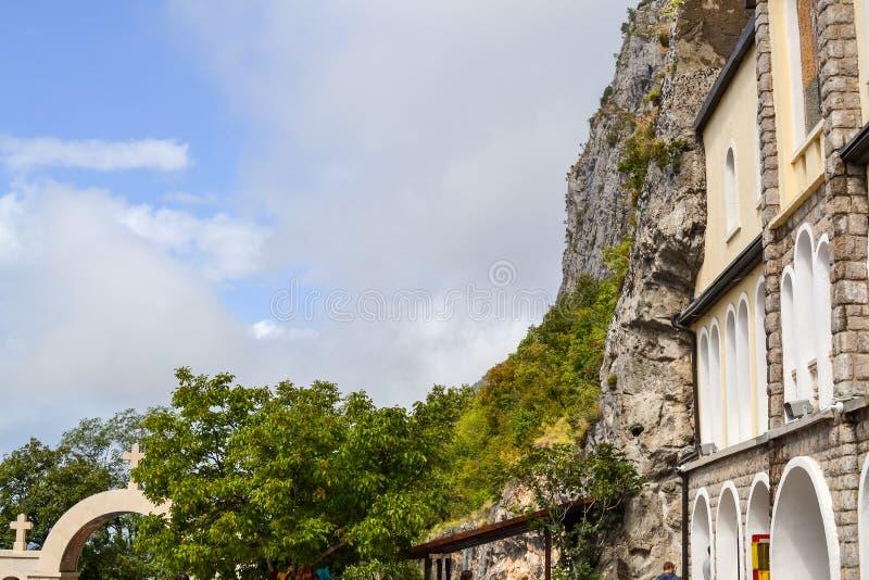 Gebouwen van Ostrog-klooster Hogere Kerk met mozaïeken Niksic, Montenegro stock fotografie