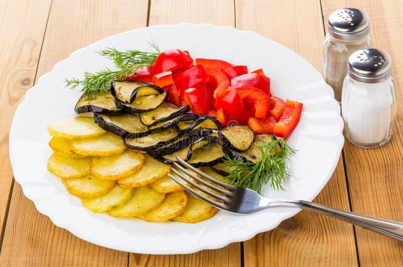 Gebraden aardappel, aubergine, paprika, dille, zout en peper, voor royalty-vrije stock foto's