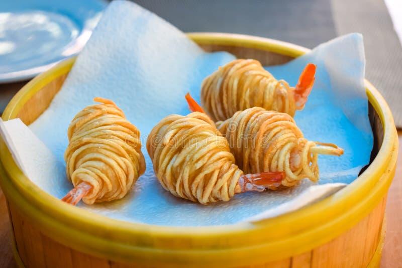 Gebraden aardappel verpakte garnalen op plaat in restaurant royalty-vrije stock fotografie