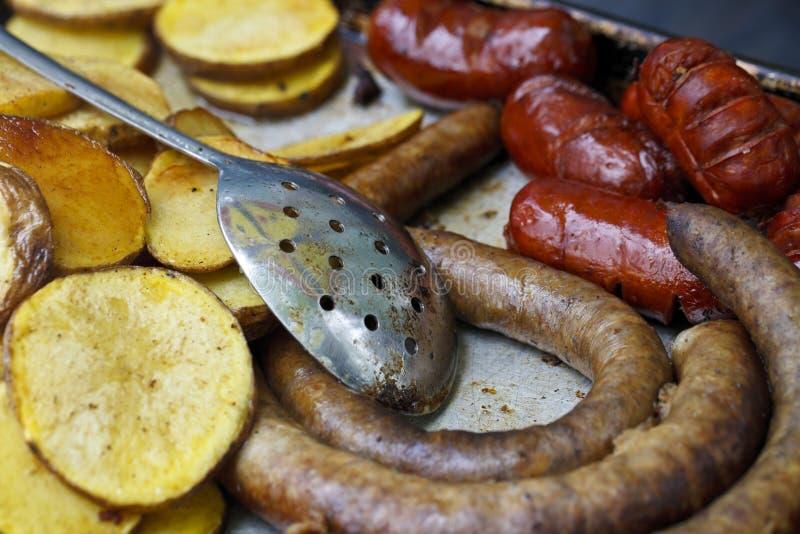 Gebraden aardappels en worsten royalty-vrije stock fotografie
