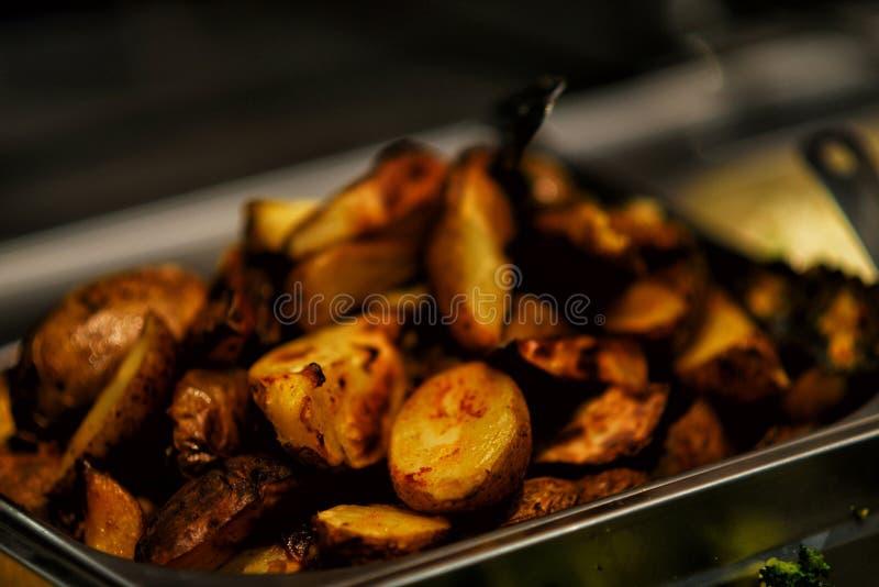 Gebraden aardappels met bacon en uien in pot stock afbeeldingen