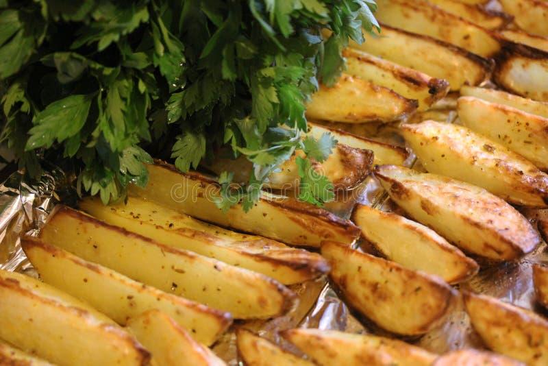 Gebraden aardappels met greens 1 royalty-vrije stock fotografie