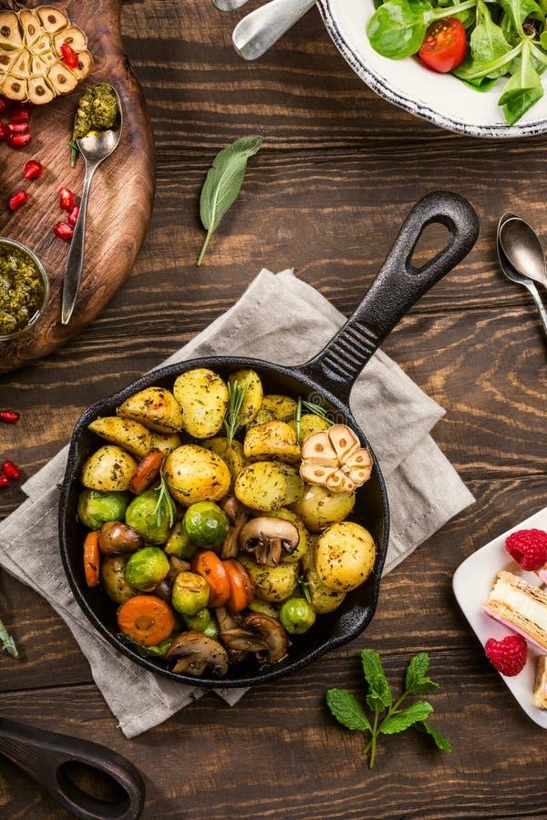 Gebraden aardappels met groenten stock afbeeldingen