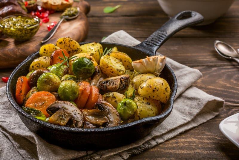Gebraden aardappels met groenten royalty-vrije stock foto