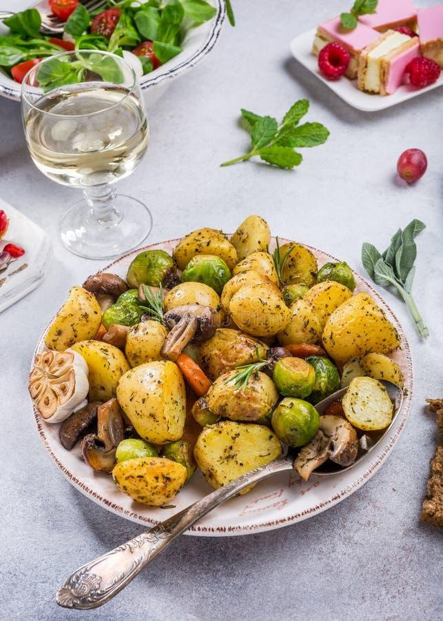 Gebraden aardappels met groenten stock afbeelding