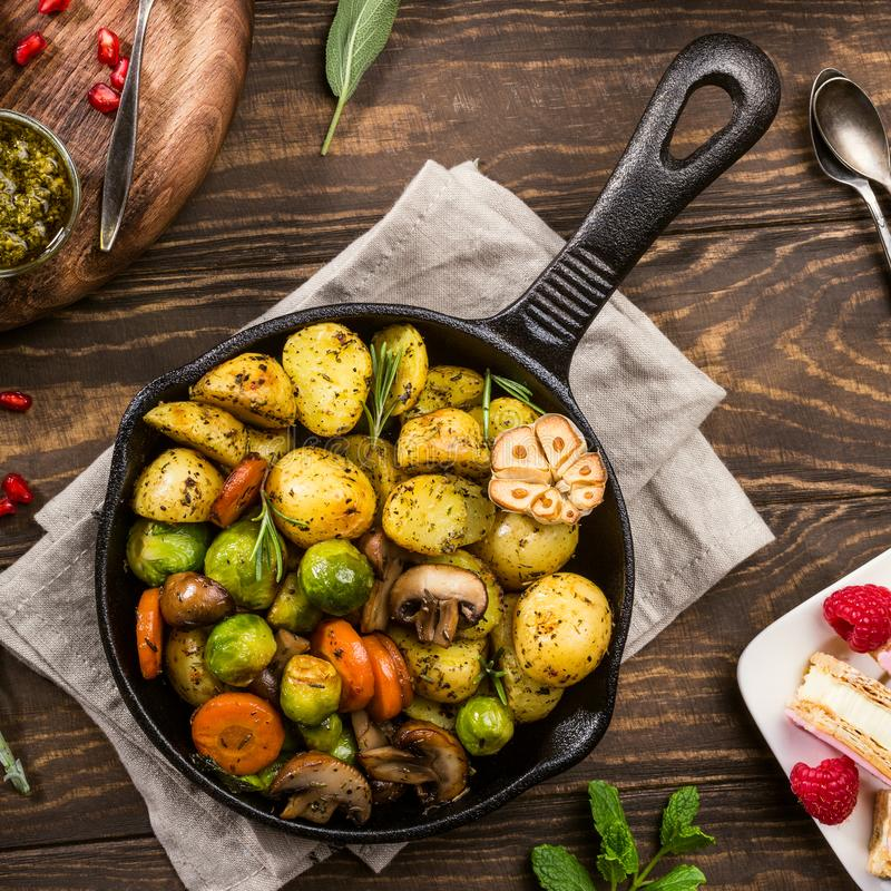 Gebraden aardappels met groenten royalty-vrije stock afbeeldingen