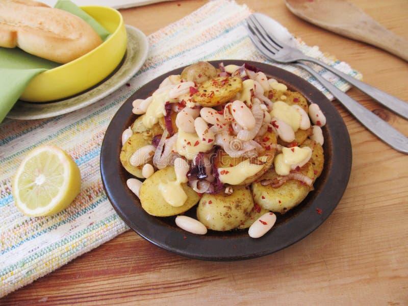 Download Gebraden Aardappels Met Witte Bonen Stock Afbeelding - Afbeelding bestaande uit kruiden, schotels: 54080339