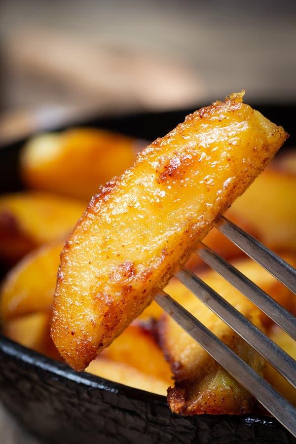 Gebraden aardappels op een vork stock afbeelding