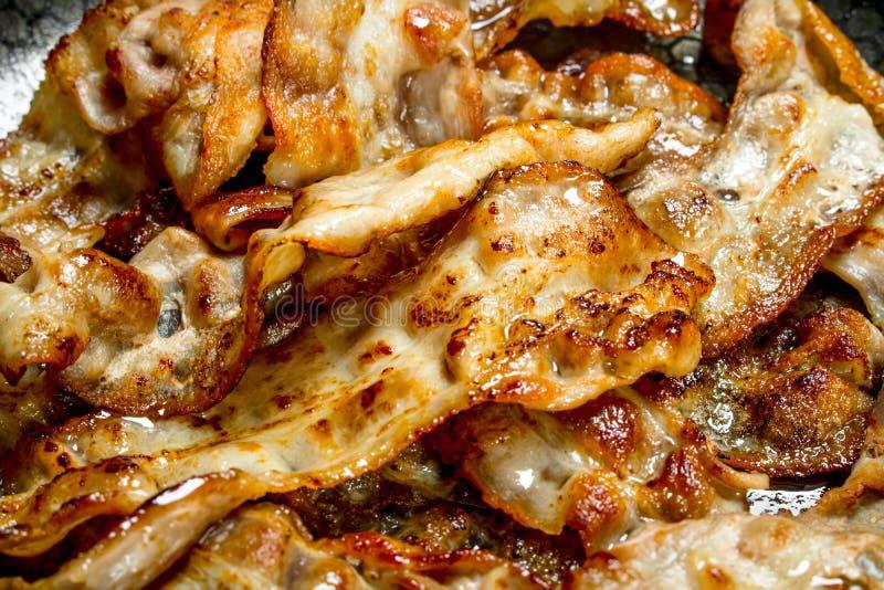 Gebraden bacon in een pan stock fotografie
