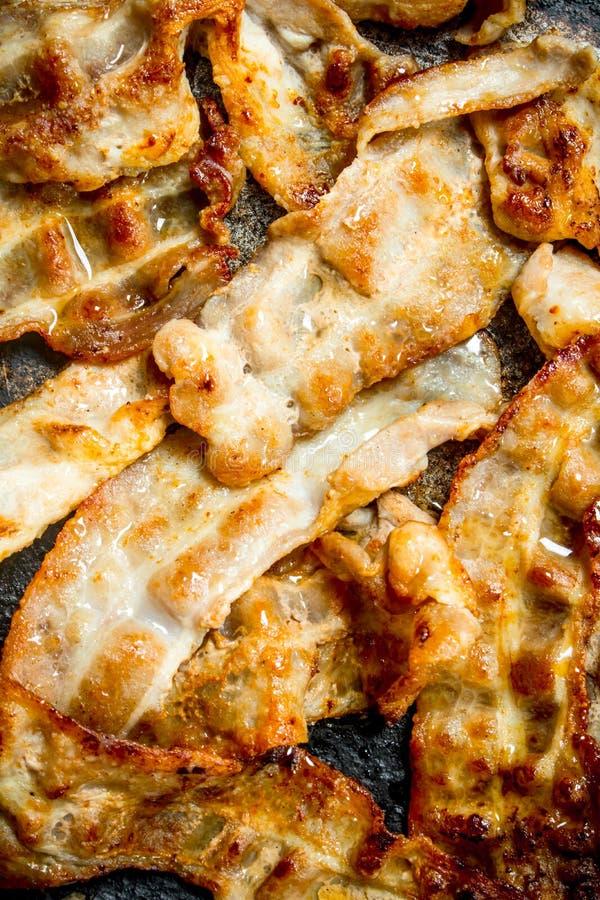 Gebraden bacon in een pan royalty-vrije stock afbeelding