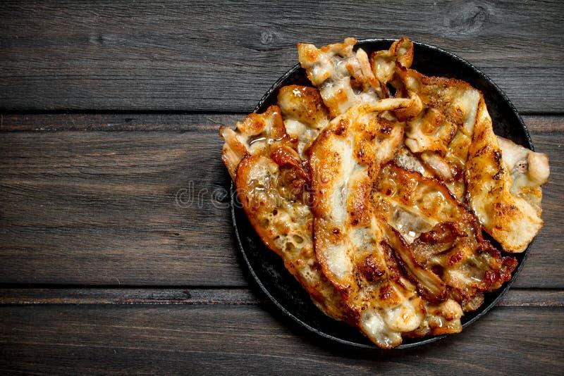 Gebraden bacon in een pan met kruiden royalty-vrije stock afbeeldingen