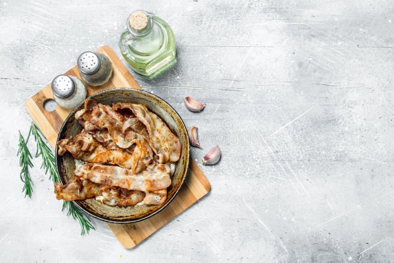 Gebraden bacon in een pan met kruiden royalty-vrije stock foto's