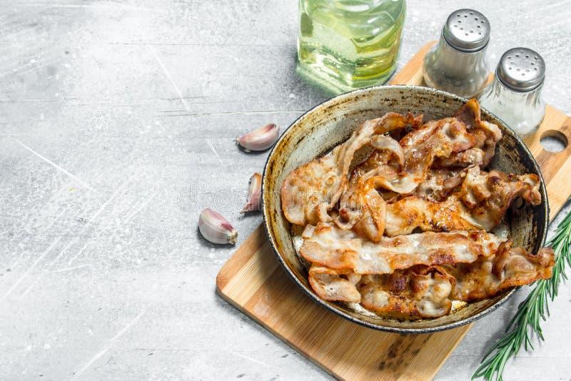Gebraden bacon in een pan met kruiden royalty-vrije stock foto