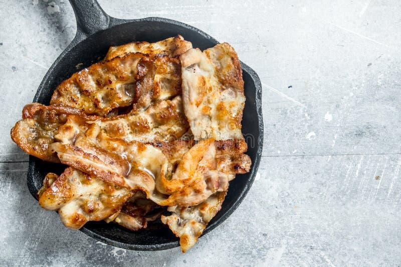 Gebraden bacon in een pan royalty-vrije stock afbeeldingen