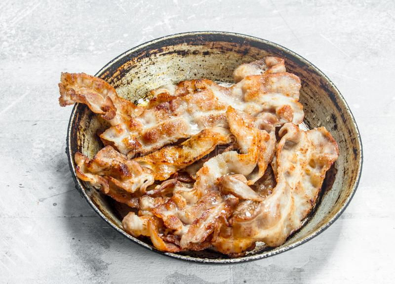 Gebraden bacon in een pan royalty-vrije stock foto