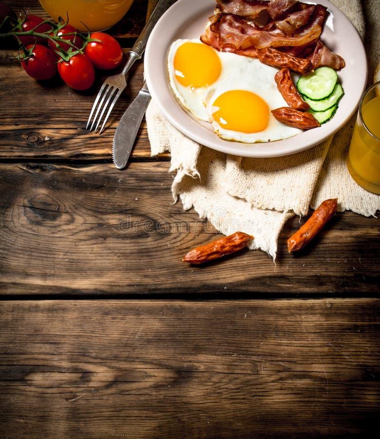 Gebraden bacon met eieren en jus d'orange stock afbeeldingen