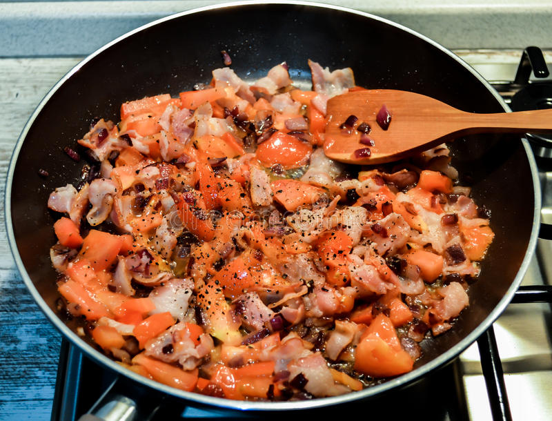 Gebraden bacon met groenten stock foto