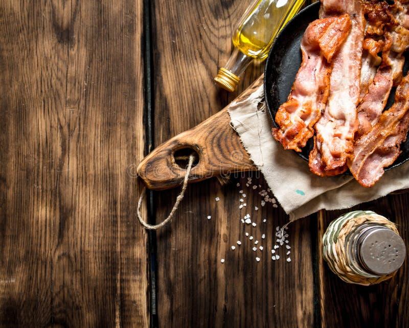 Gebraden bacon met zout royalty-vrije stock afbeeldingen