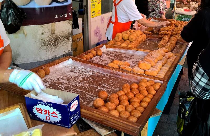 Gebraden broodjes in de Koreaanse straatmarkt in Seoel stock foto's