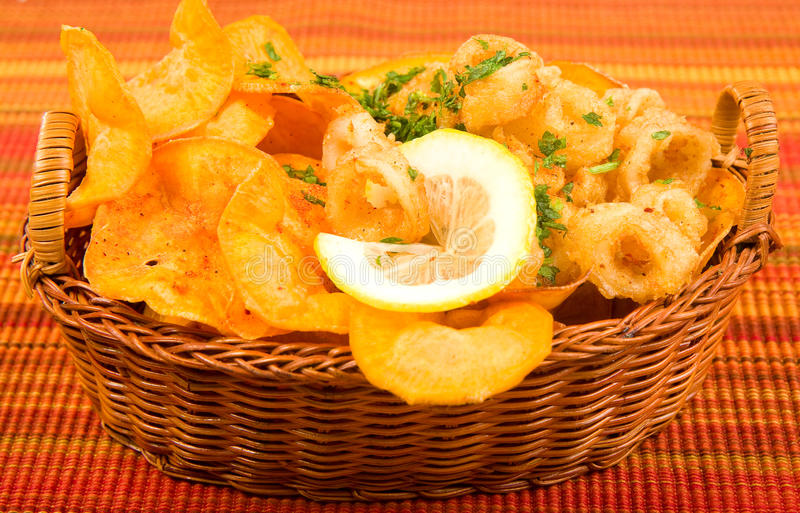 Gebraden calamari met Zoete chips royalty-vrije stock afbeeldingen