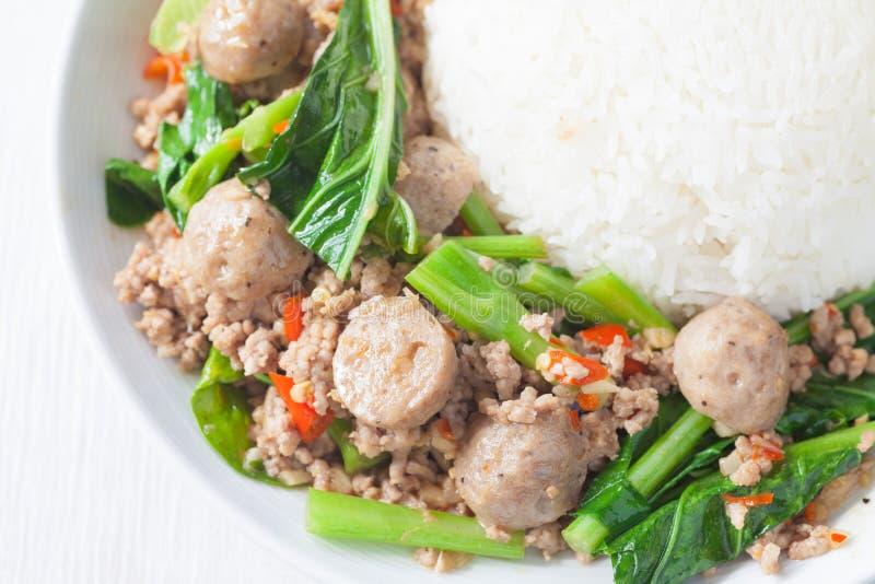 Gebraden Chinese broccoli met varkensvlees en vleesbal royalty-vrije stock foto's