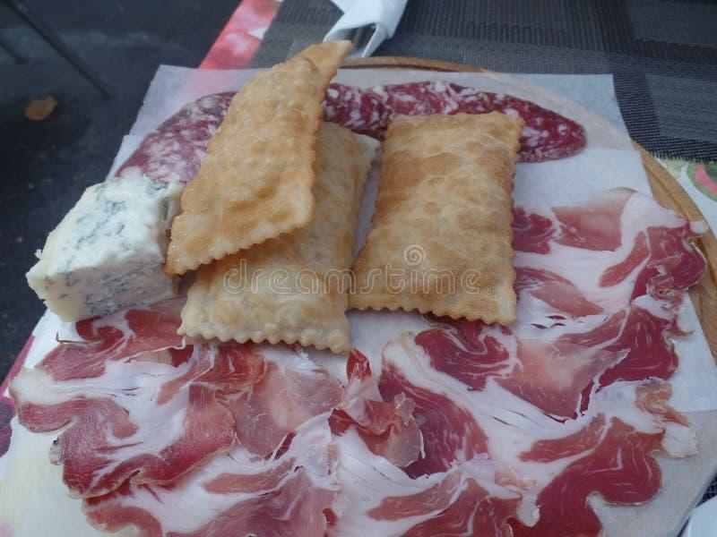 Gebraden die brood met koude vleesbesnoeiingen en kazen wordt gediend stock foto