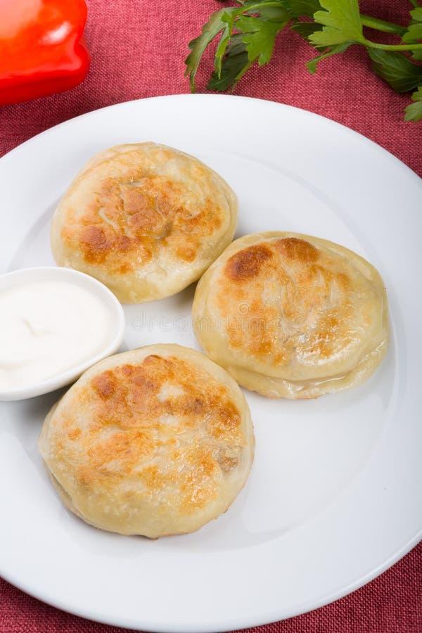 Gebraden die broodjes met vlees worden gevuld stock foto's