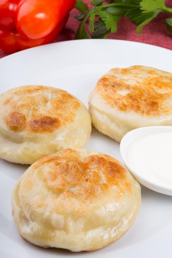 Gebraden die broodjes met vlees worden gevuld stock foto