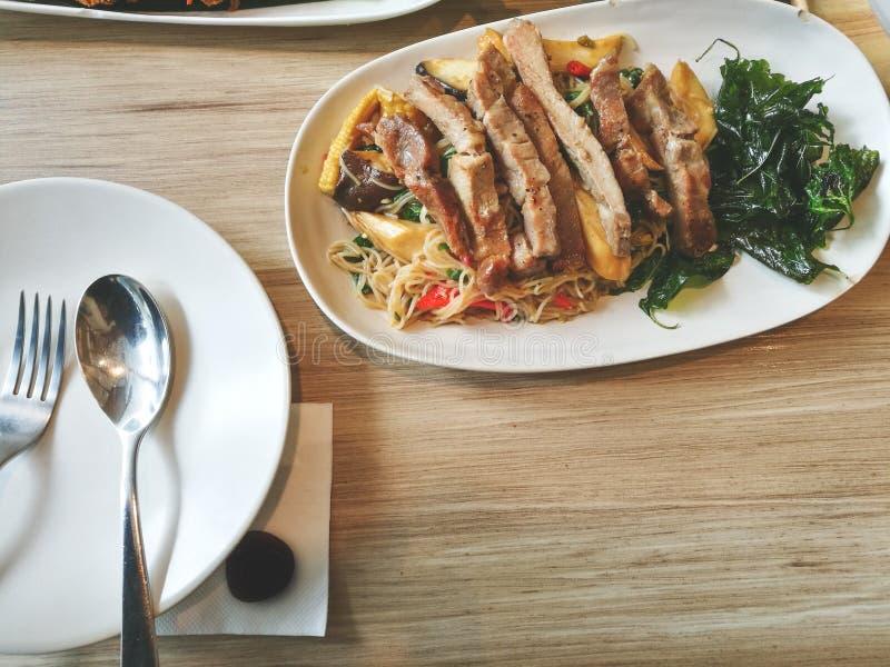 Gebraden die grilleend en noedel met basilicum knapperig gebraden gerecht wordt gediend garnalen pancack en het voedsel van het s royalty-vrije stock foto's