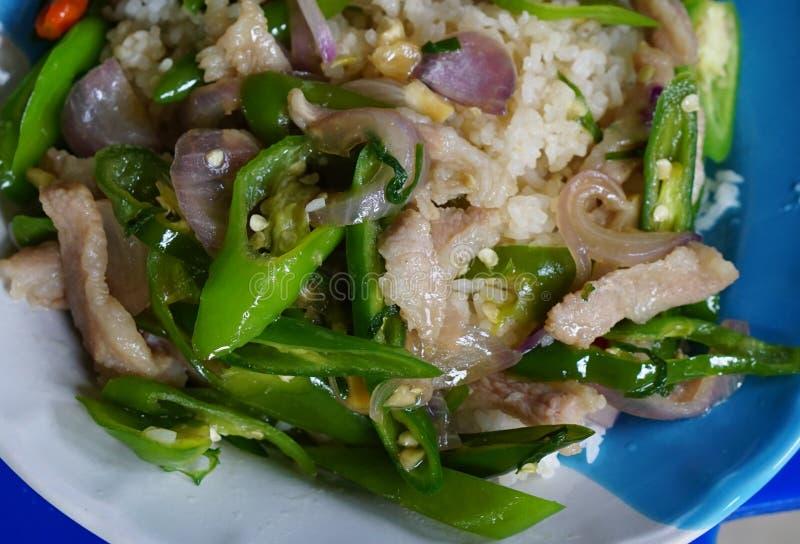 Gebraden die groene paprika's met heet op rijst worden bedekt royalty-vrije stock foto's