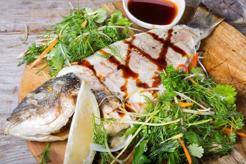 Gebraden doradovissen stock afbeeldingen