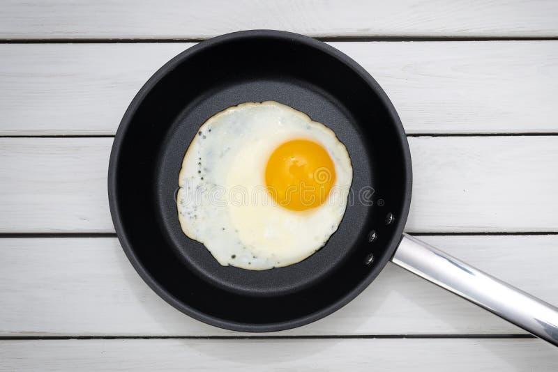 Gebraden Ei in een pan stock fotografie