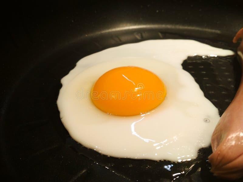 Gebraden ei in een pan met worst Close-up van gebraden eieren royalty-vrije stock fotografie