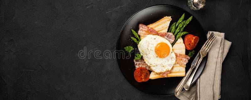 Gebraden ei met broodtoost en asperge stock fotografie