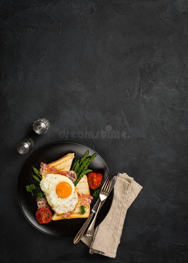 Gebraden ei met broodtoost en asperge royalty-vrije stock foto