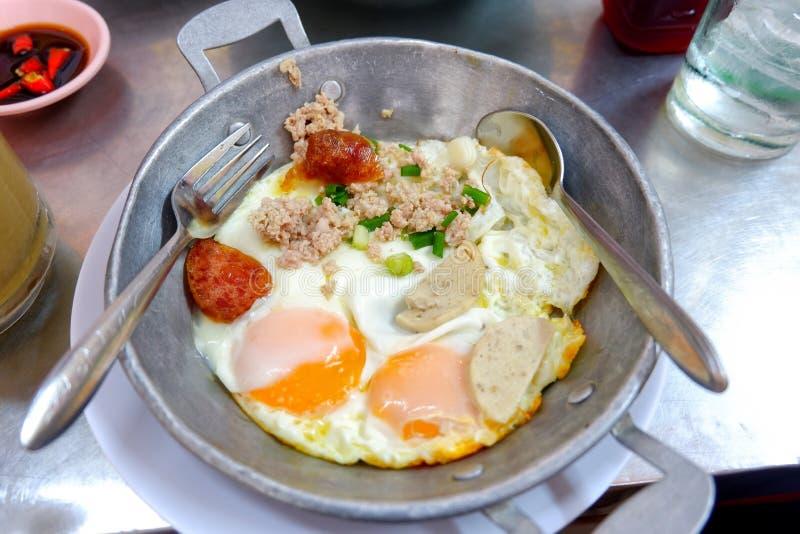 Gebraden ei panbovenste laagje met de omeletontbijt van varkensvleesindochina royalty-vrije stock afbeelding