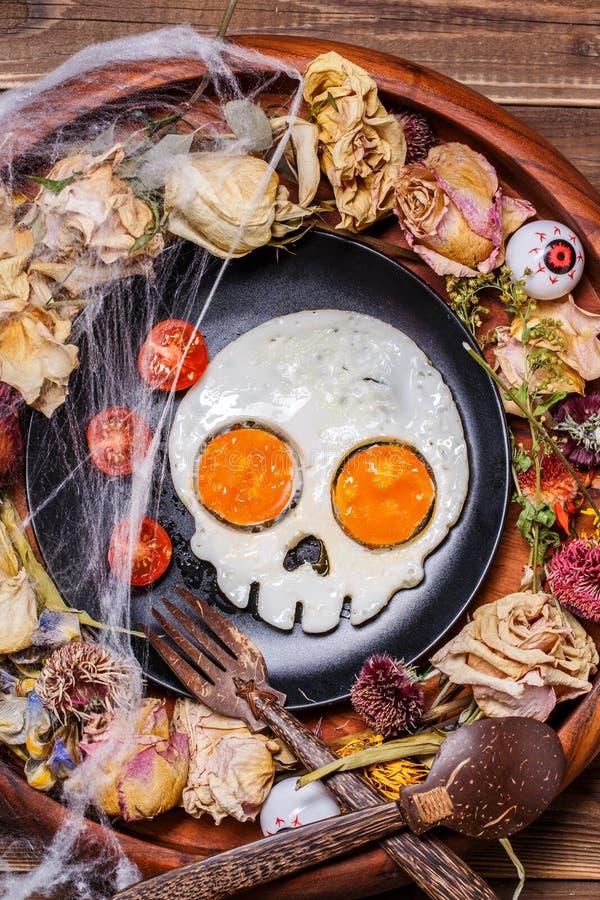 Gebraden eieren in de vorm van een schedel en verse tomaten royalty-vrije stock afbeelding
