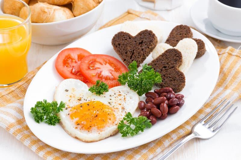 Gebraden eieren in de vorm van hart voor de Dag van ontbijtvalentine royalty-vrije stock afbeelding
