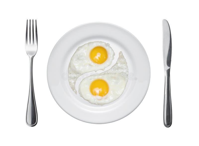 Gebraden eieren in de vorm van yin en yang stock foto's