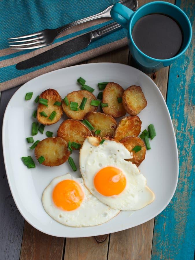 Gebraden eieren met aardappel royalty-vrije stock fotografie