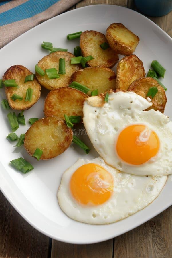 Gebraden eieren met aardappel stock afbeeldingen