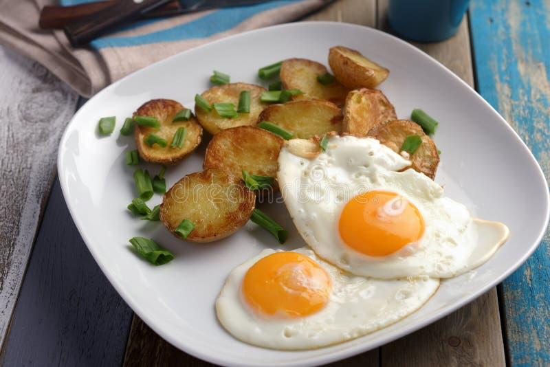 Gebraden eieren met aardappel stock afbeelding