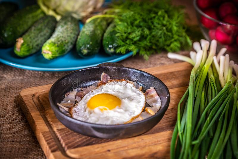 Gebraden eieren met bacon in een pan royalty-vrije stock fotografie